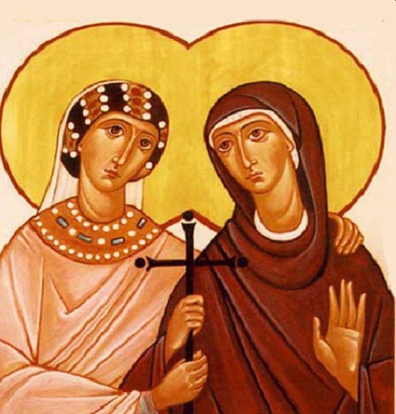Dos mujeres jóvenes una sostiene una cruz entre sus manos
