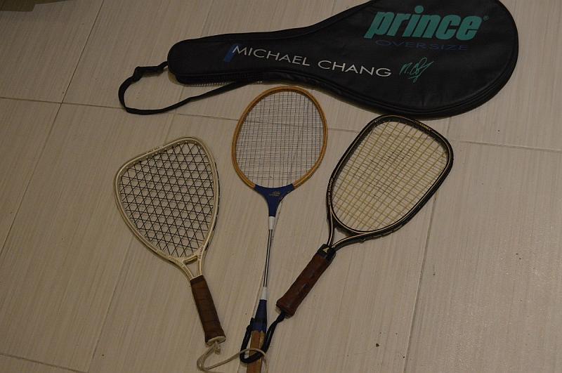 Vemos tres raquetas diferentes una redonda una cuadrada y otra ovalada