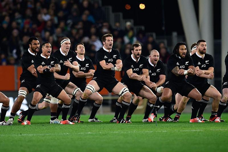 Tenemos un equipo de jugadores con uniforme negro sentados en una banca que miran y gritan
