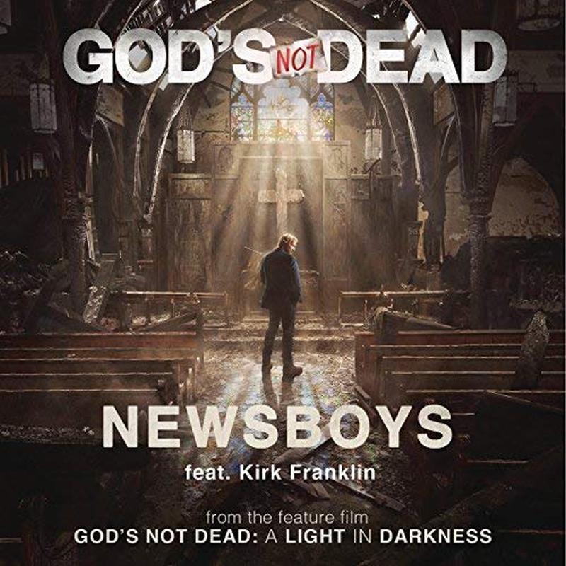 Una iglesia con bancas y un rayo de luz que entra y unas palabras que dicen Dios no ha muerto una luz en la oscuridad