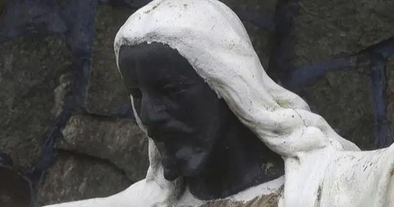 Foto del cabeza de Jesús con la cara negra