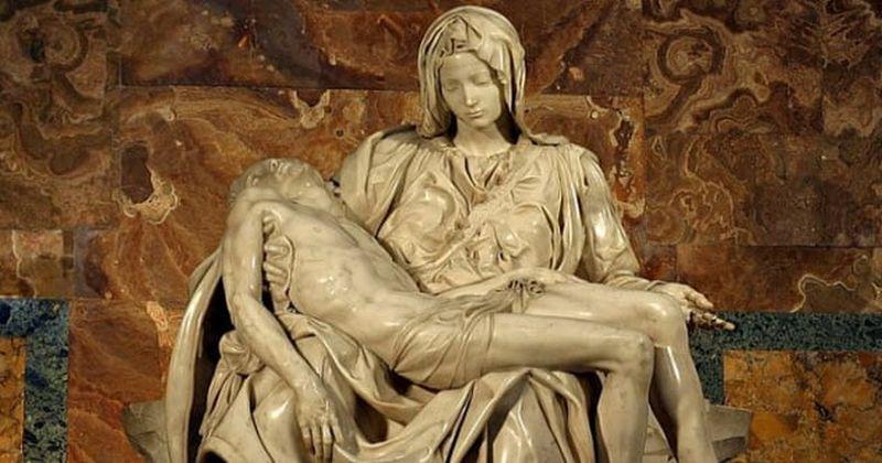 Foto de María sosteniendo en sus brazos a Jesús