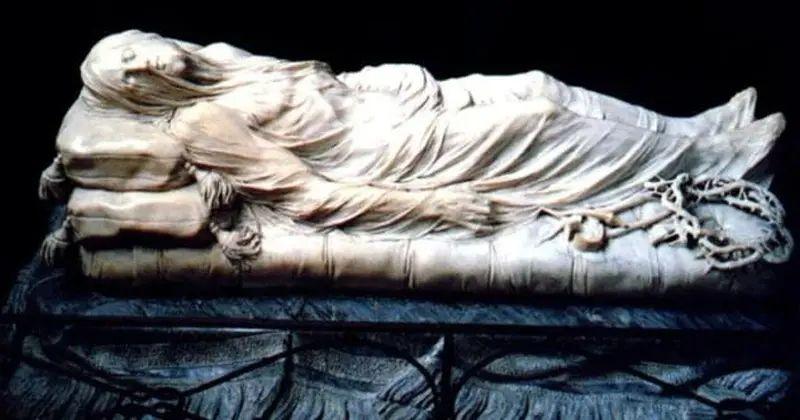 Jesús acostado con la corona de espinas a un lado