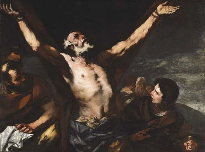 Dos hombres observando a uno que está atado a una cruz