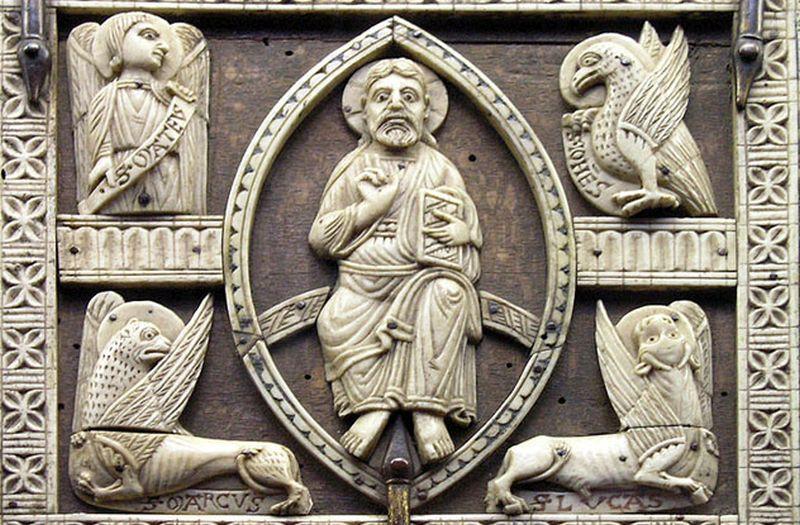 Escultura de hombre en medio y otras cuatro rodeandole