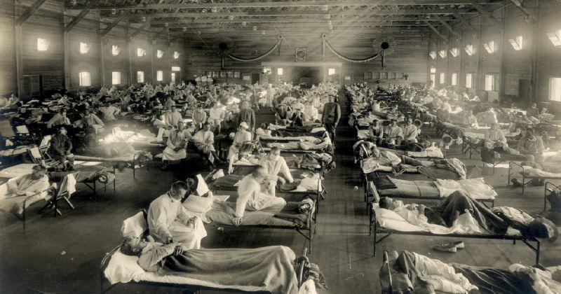 Varias personas en camilas y a su alrdedor médicos y enfermeras
