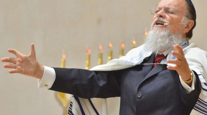 Edir Macedo con traje gris y en posible oración