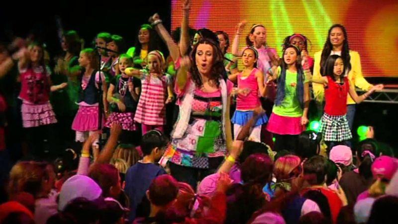 Una gran cantidad de niños divirtiéndose en un programa muy felices se ven