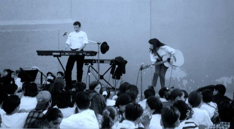 Personas haciendo música frente a mucho público