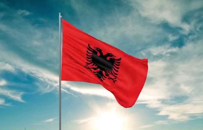 La bandera de Albania moviendo en lo mas alto de un asta
