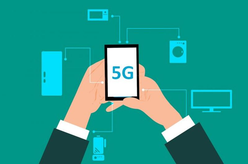 Imagen animada de un celular con 5G