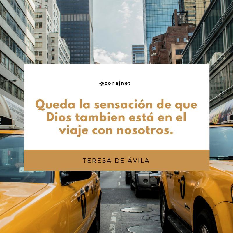 Vemos edificios a lado y lado en la mitad en fondo blanco y en la mitad un cuadro donde vemos un mensaje en leras amarillas