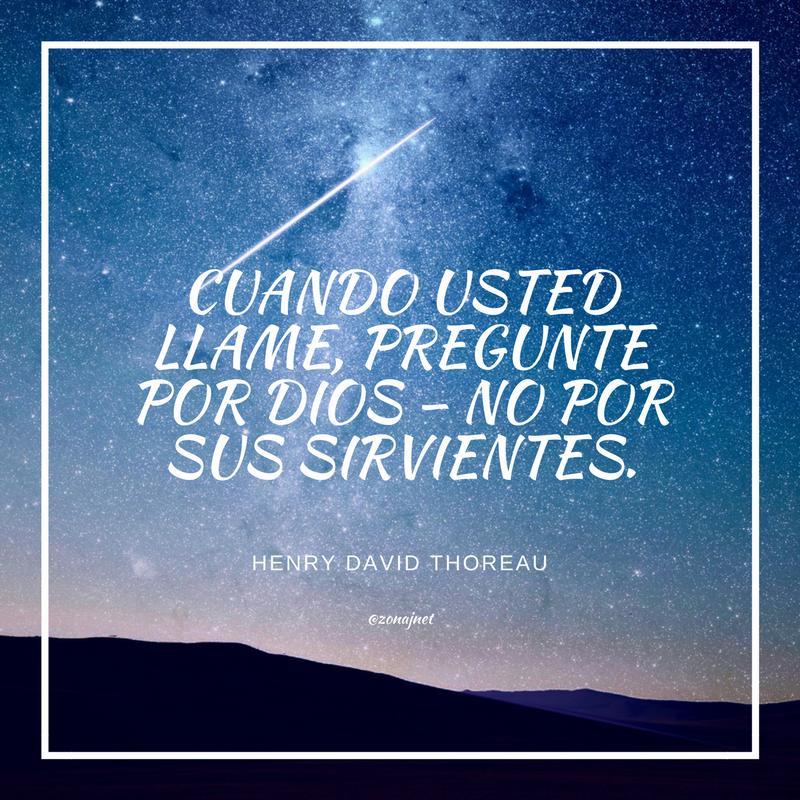 Vemos un cielo azul lleno de estrellas lejanas y un mensaje en letras blancas