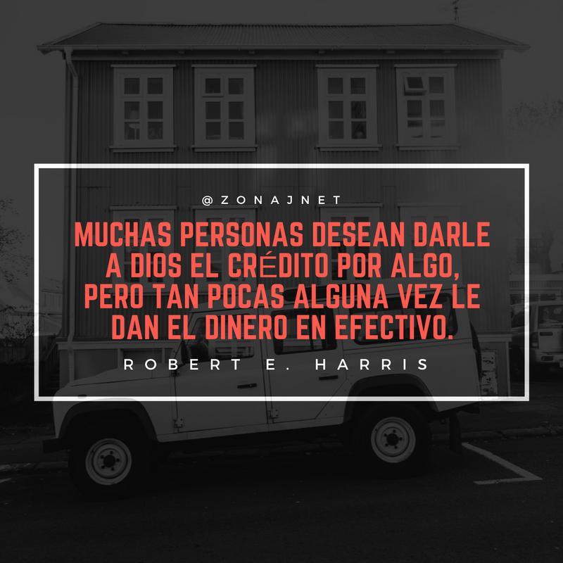 Vemos una casa en un estilo algo antiguo y un carro cuadrado a su lado y un  mensaje en letras de color rosado fuerte