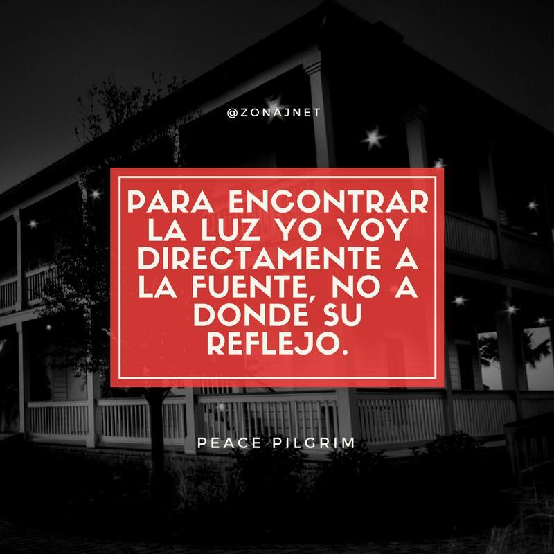 Vemos una amplia casa de corredores y chambranas y unos pocos arboles y un recuadro en fondo rojo con un mensaje en letras blancas
