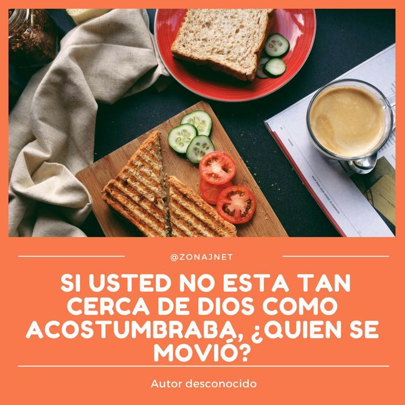 Vemos sobre una tabla un emparedado tomate y pepino y una taza de café    y una servilleta y sobre un fondo color   guayaba  un mensaje en letras blancas