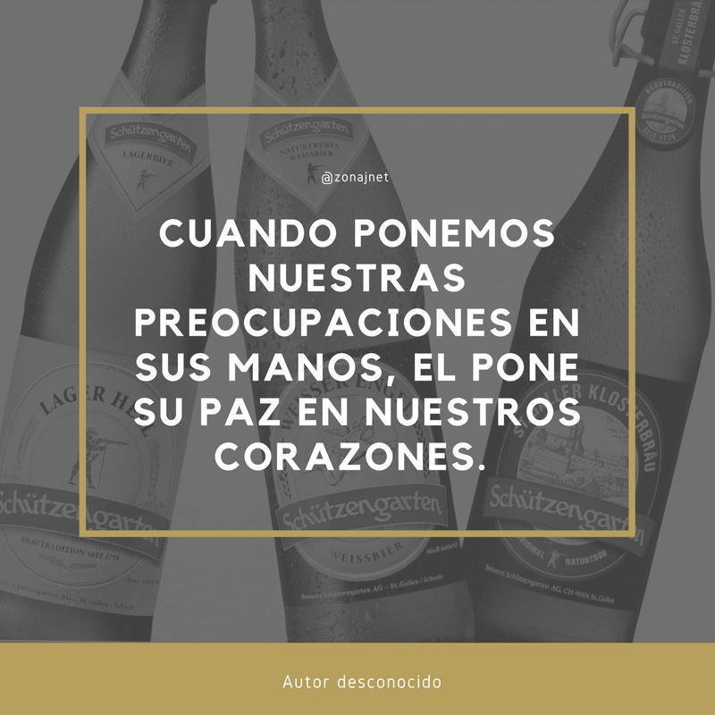 Vemos tres botellas de cervezas diferentes y un marco y dentro un mensaje en letras de color blanco