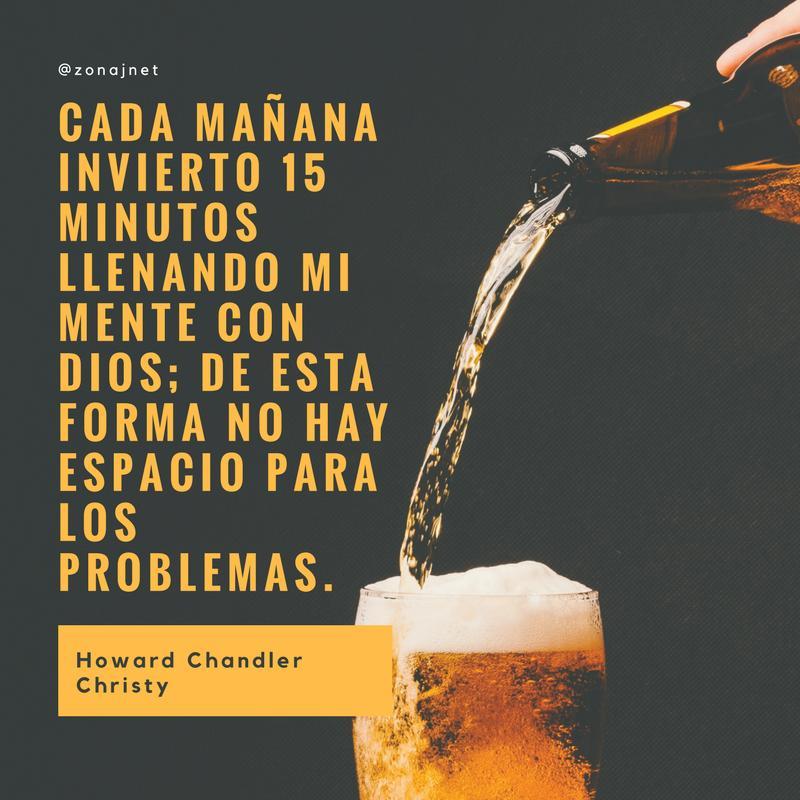 Vemos un  fondo gris con letras amarillas donde se lee  un mensaje y una botella de cerveza  que llena un vaso