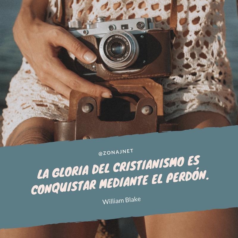 vemos una mujer con una blusa blanca tejida y una cámara al cuello y debajo un fondo gris donde se lee un mensaje en letra blanca