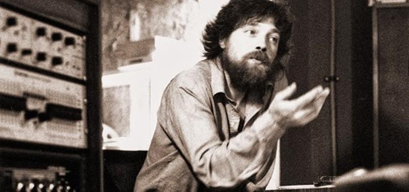 Un músico a solas en un estudio de grabación mirando hacia un lado