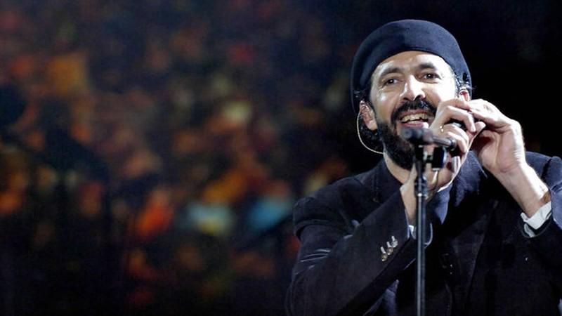Un músico durante un concierto sostiene un micrófono en su base