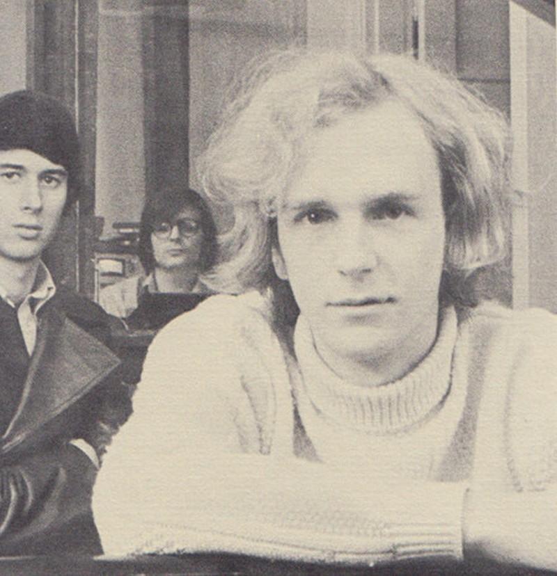 Tres músicos miran fijamente a la cámara