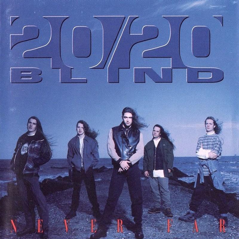 Los 5 miembros de un grupo de rock miran hacia la cámara mientras posan a la orilla del mar