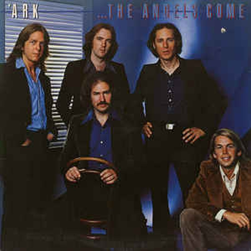 Una carátula de Cd en la que 5 músicos vestidos formalmente están en una habitación azul