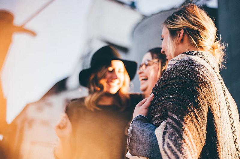Tres mujeres que sonríen alegremente