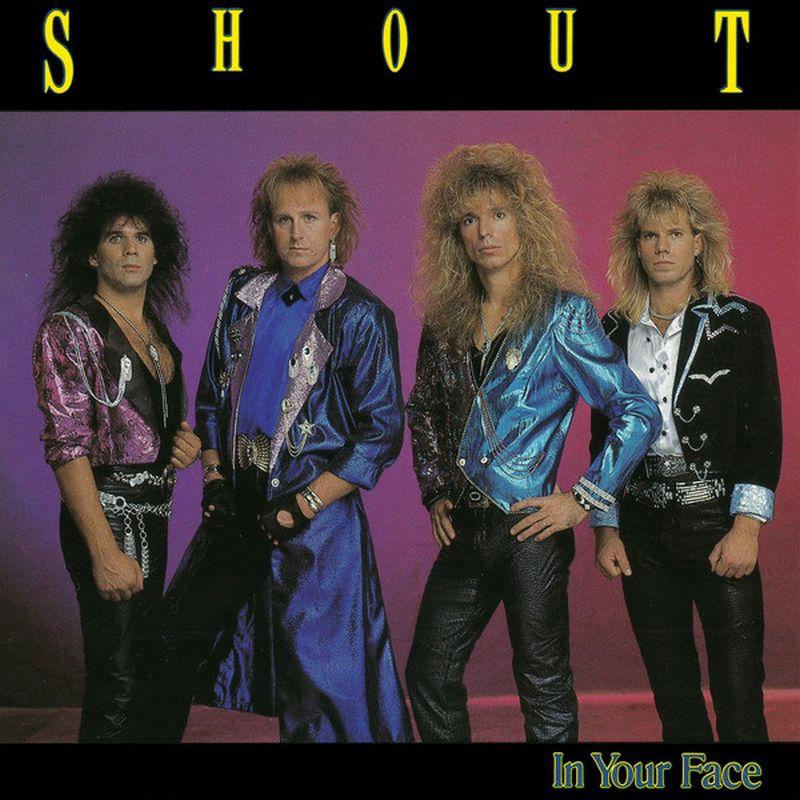 Cuatro hombres de cabello largo y ropas pegadas