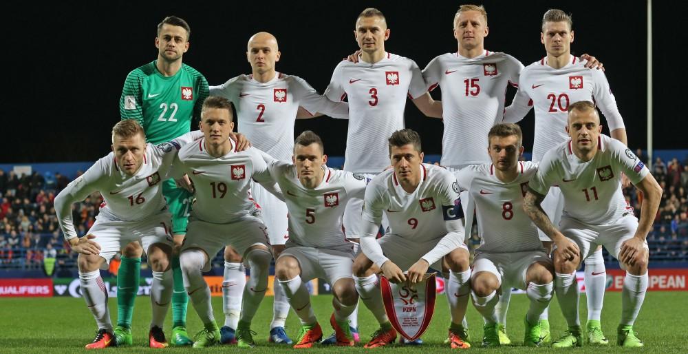El equipo de fútbol polaco posando para la foto en un estadio