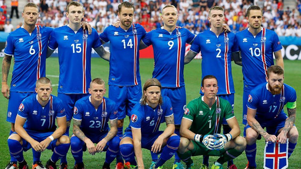 El equipo de fútbol Islandés posando para la foto en un estadio