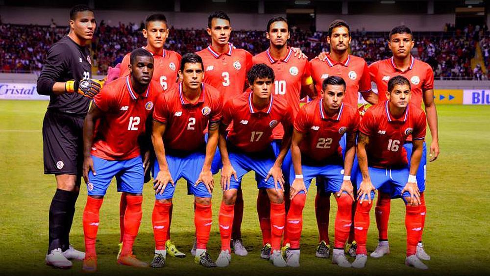 El equipo de fútbol  de Costa Rica posando para la foto en un estadio