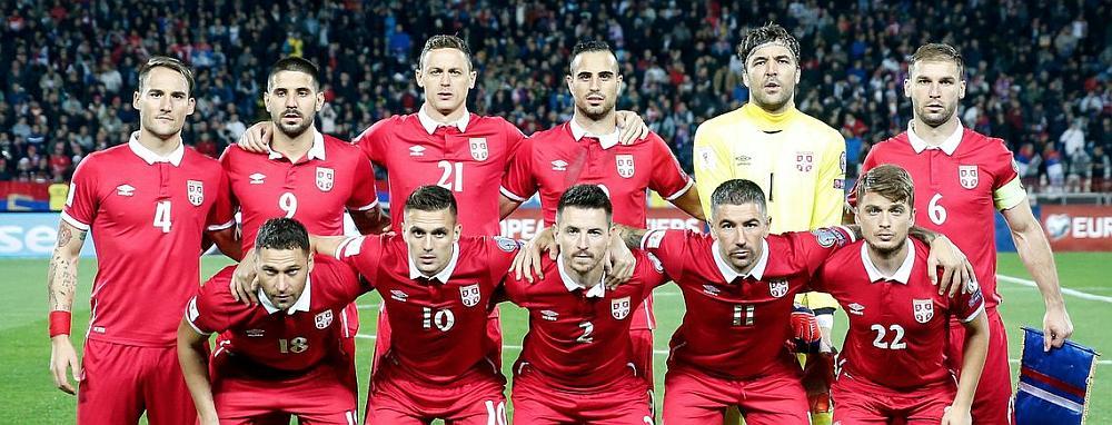 El equipo de fútbol serbia posando para la foto en un estadio