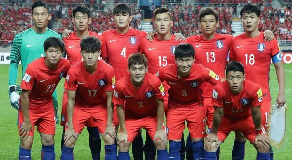 El equipo de fútbol de Serbia posando para la foto en un estadio