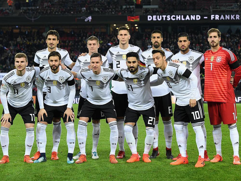 El equipo de fútbol Alemán posando para la foto en un estadio