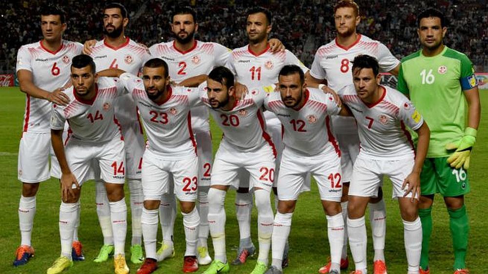 El equipo de fútbol de Túnez posando para la foto en un estadio