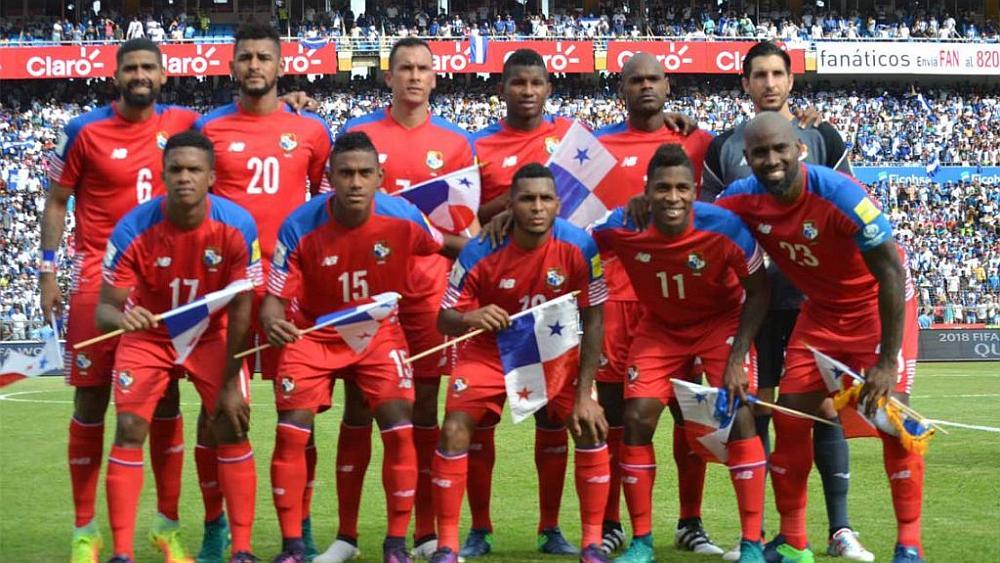 El equipo de fútbol de Panamá posando para la foto en un estadio