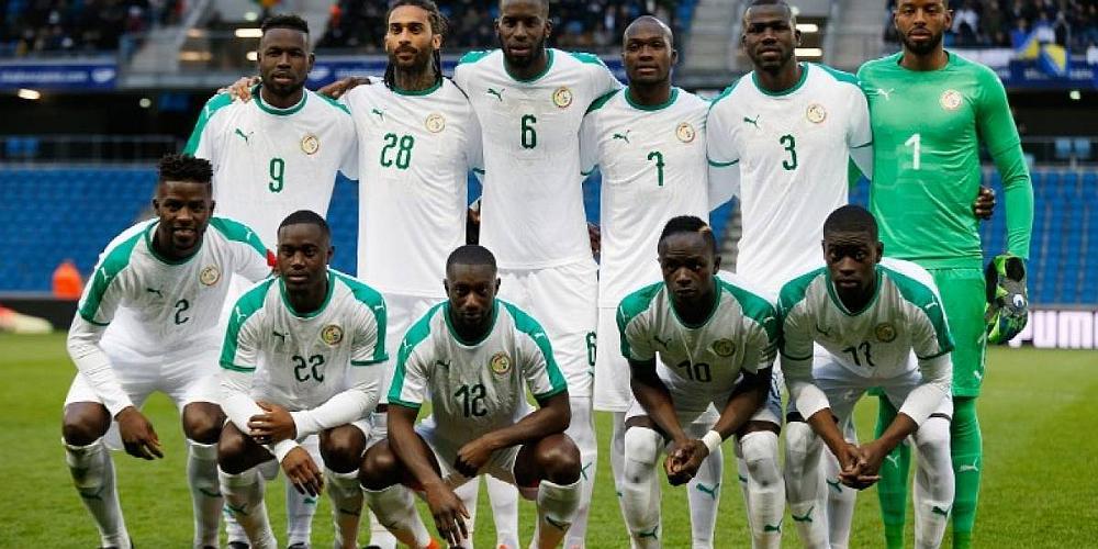 El equipo de fútbol de Senegal posando para la foto en un estadio