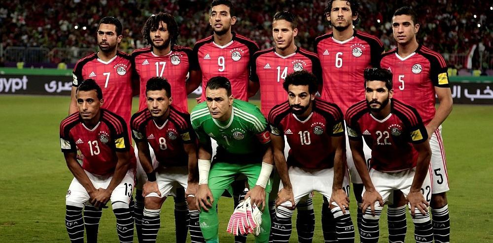 El equipo de fútbol de Egipto posando para la foto en un estadio