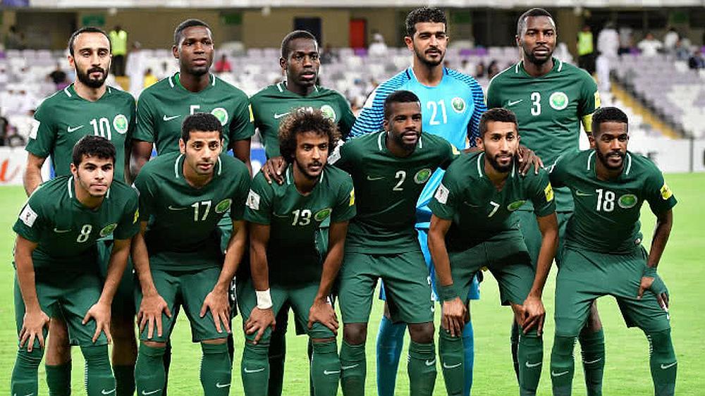 El equipo de fútbol Arabia saudita posando para la foto en un estadio
