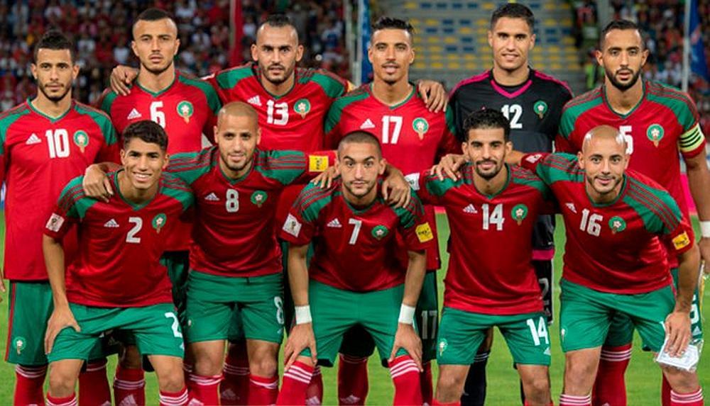 El equipo de fútbol de  Marruecos posando para la foto en un estadio
