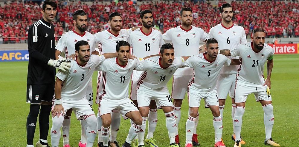 El equipo de fútbol Iraní posando para la foto en un estadio
