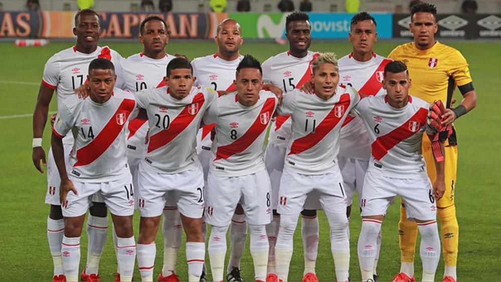 El equipo de fútbol  de Perú posando para la foto en un estadio
