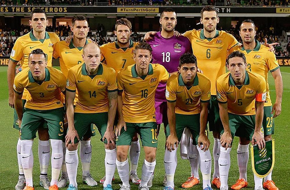 El equipo de fútbol de Australia posan para la foto en un estadio