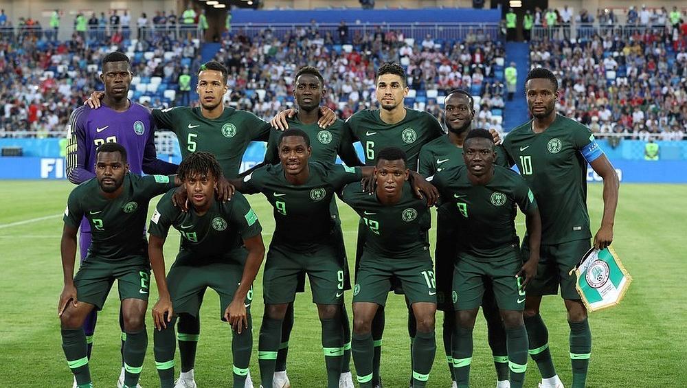 El equipo de fútbol  de Nigeria posando para la foto en un estadio
