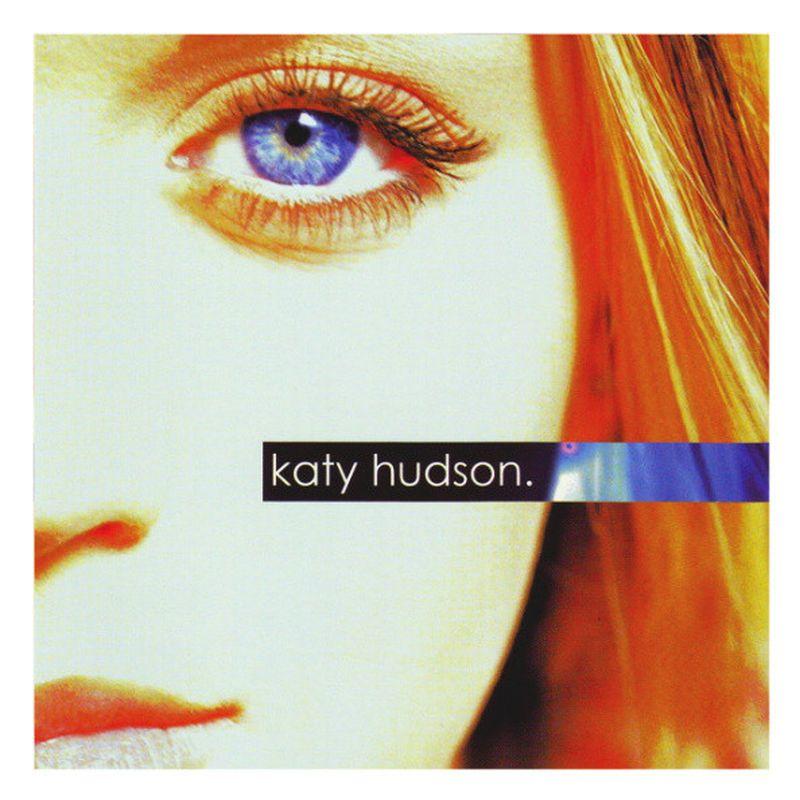 La mitad de un rostro de mujer con pelo rubio y un ojo azul y el nombre katy hudson