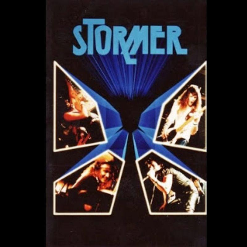 Cuatro cantantes en una carátula en color oscuro con la palabra storme