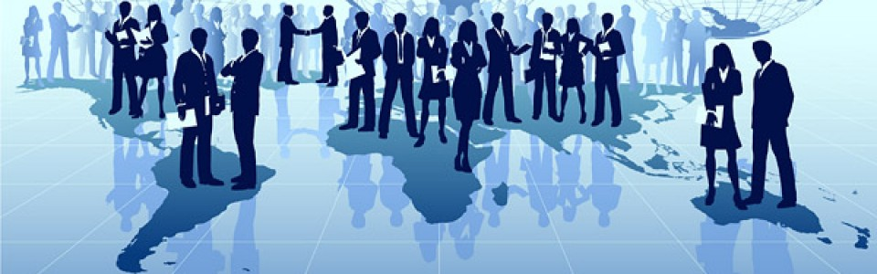 Vemos un sitio donde se ven muchas personas unas hablan otras se saludan y otras tienen papeles en sus manos