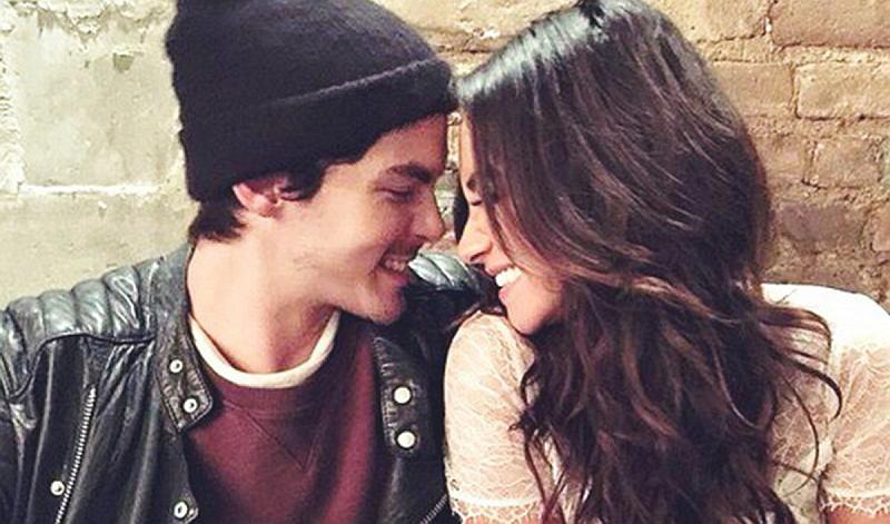 Vemos a una pareja que sonríe muy  juntos a sus caras